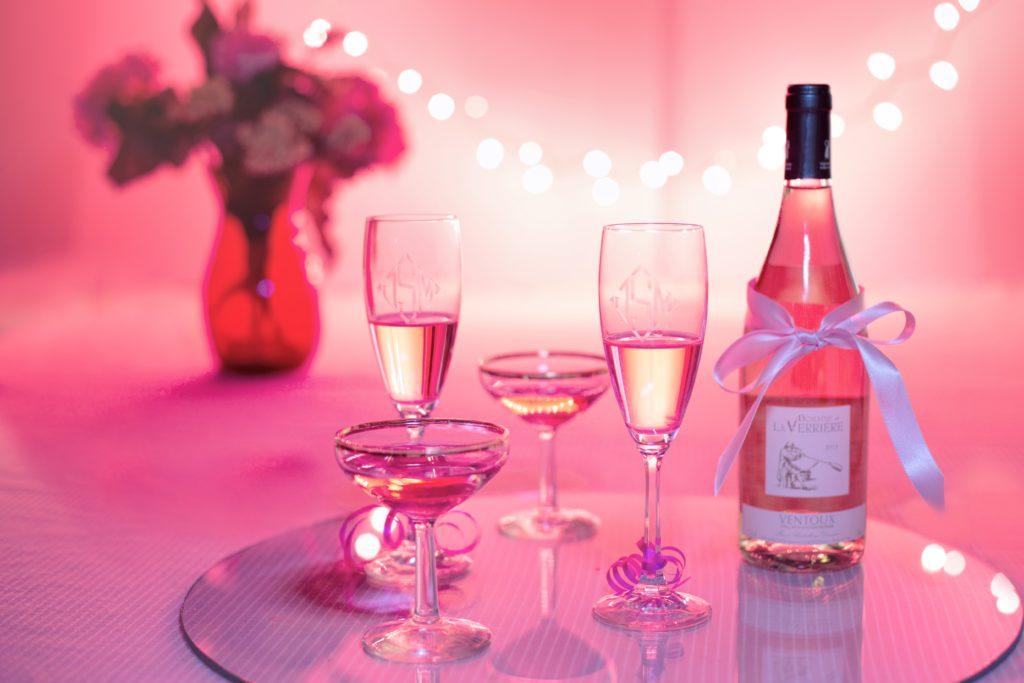 Alla hjärtans dag 2019 med vin blommor och kärleksbudskap